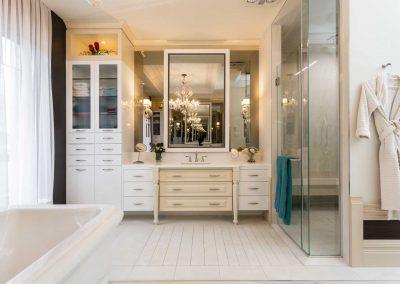 Résidence de style classique / Aménagement d'intérieur intégral de la salle de bain / Design et plans des vanités de la salle de bain et de la douche