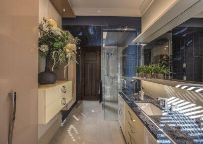 Design d'une vanité et d'une douche de salle de bain de style classique