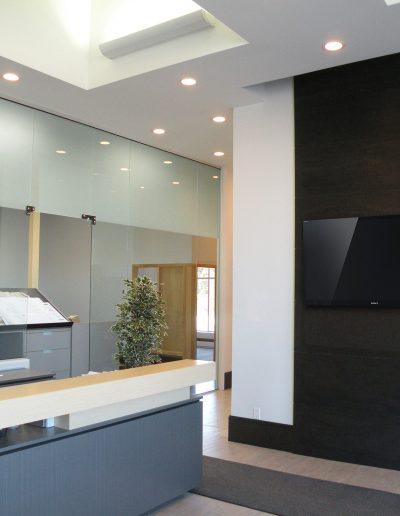 Ébénisterie sur mesure / Aménagement intérieur de bureau et design du poste de réception commercial