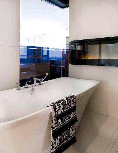 Intégration d'une baignoire autoportante et foyer électrique dans une salle de bain