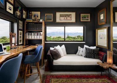 Inspiration d'un aménagement d'un bureau double à la maison de style Micro Living partageant la chambre des Maîtres des lieux