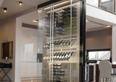 Inspiration d'un cellier sur mesure central de style contemporain entre la cuisine, la salle à manger et le salon